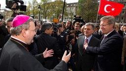 Der Osnabücker Bischof Bode (l) begrüßt Bundespräsident Christian Wulff (r) und den türkischen Staatspräsidenten Abdullah Gül (M). © dpa-Bildfunk Foto: Friso Gentsch