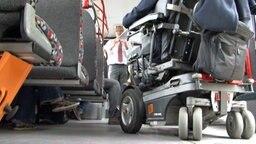 Ein Rollstuhl steht in einem Bus. © NDR Fotograf: Stephanie Noack