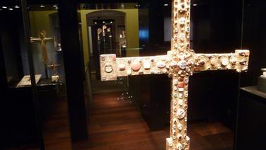 Das sogenannte Kapitelskreuz aus dem 11. Jahrhundert aus Gold, mit Perlen und Edelsteinen besetzt, hängt im Diözesanmuseum Osnabrück. © NDR Foto: Christian Schepsmeier
