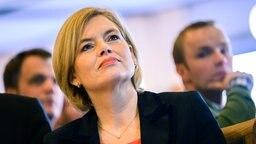 """Julia Klöckner (CDU), Bundeslandwirtschaftsministerin, sitzt während der Tagung """"Ackerbaustrategie 2035 - Perspektive für einen produktiven und vielfältigen Ackerbau"""" im Saal. © dpa-Bildfunk Foto: Mohssen Assanimoghaddam/dpa"""