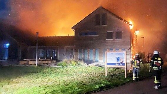 Das Naturschutz- und Bildungszentrum in Rieste steht in Flammen.  Foto: Dennis Lindemann