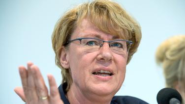 Barbara Otte-Kinast (CDU), Landwirtschaftsministerin in Niedersachsen, spricht bei einer Pressekonferenz. © dpa-Bildfunk Foto: Christophe Gateau