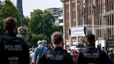 Polizisten beobachten die Demonstration der Organisation