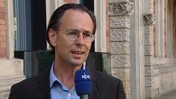 Prof. Andreas Zick, Konfliktforscher an der Universität Bielefeld, gibt ein Interview. © NDR