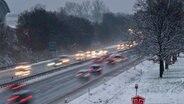Dichter Verkehr und Schneeglätte auf einer mehrspurigen Straße in Hannover. © dpa Fotograf: Peter Steffen