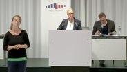 Die stellvertretende Vorsitzende des Corona-Krisenstabes der Landesregierung, Claudia Schröder, spricht bei einer Pressekonferenz. © NDR