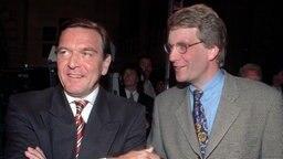 Der damalige Ministerpräsident Gerhard Schröder (SPD) und der Oppositionsführer von einst Christian Wulff (CDU) unterhalten sich am Wahlabend (15.9.1996) im Rathaus von Hannover. © picture-alliance / dpa Foto: Wolfgang Weihs