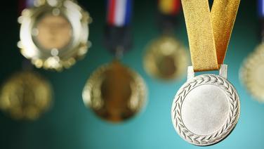 NDR 1 Niedersachsen Podcast-Motiv mit Medaillen. © fotolia Fotograf: eskay lim