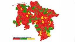 Eine Karte zeigt die Straßenausbaubeitragssatzung in den Gemeinden. © NDR