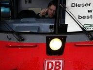 """In einem Zugführerhaus steht """"Dieser Betrieb wird bestreikt"""". © dpa Fotograf: Martin Gerten"""