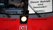 """In einem Zugführerhaus steht """"Dieser Betrieb wird bestreikt"""". © dpa Foto: Martin Gerten"""
