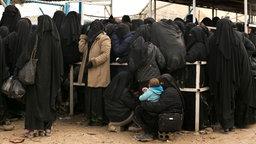 Frauen stellen sich für Hilfsgüter im Lager al-Hol (Al-Haul, Syrien), an. © dpa-Bildfunk Foto: Maya Alleruzzo