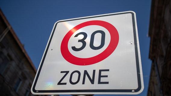 Ein Schild weist eine Tempo 30 Zone aus. © picture alliance/dpa/Daniel Karmann Foto: Daniel Karmann