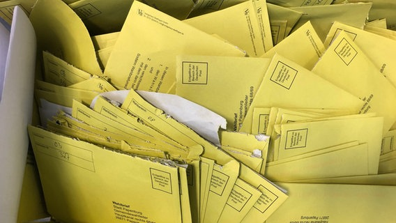 Several ballot letters from the city of Papenburg are stacked in a box.  © NDR Photo: Hedwig Ahrens