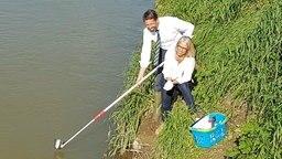 Niedersachsens Umweltminister Olaf Lies und Uta Gayer von der Uni Bonn nehmen eine Wasserprobe aus der Innerste in Sarstedt. © NDR