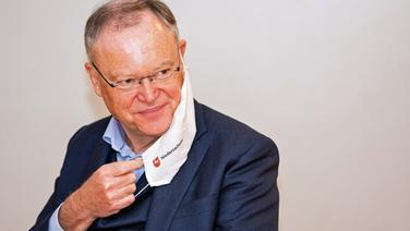 Niedersachsens Ministerpräsident Stephan Weil (SPD) mit einer Mund-Nasen-Bedeckung. | picture alliance/Moritz Frankenberg/dpa