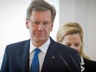 Ex-Bundespräsident Christian Wulff neben seiner Frau Bettina im Schloss Bellevue in Berlin bei der Pressekonferenz zu seinem Rücktritt. © dpa-Bildfunk Fotograf: Michael Kappeler