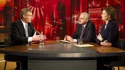 Christian Wulff (CDU, l.) wird von Ulrich Deppendorf und Bettina Schausten in einem TV-Interview befragt. © dpa Foto: Pool/ Bundesregierung/Jesco Denzel