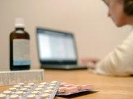 Eine Frau bestellt im Internet Medikamente © dpa Fotograf: Jens Ressing
