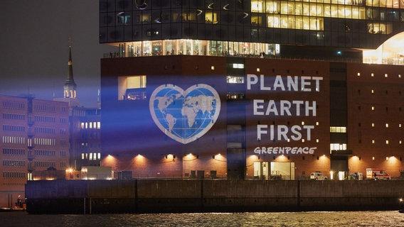 Greenpeace setzt an Elbphilharmonie ein Klimaschutzzeichen