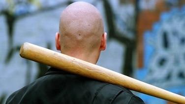 Neonazi mit Baseballschläger © imago/bonn-sequenz