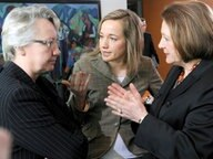 Bildungsministerin Annette Schavan (l), Familienministerin Kristina Schröder (beide CDU) und Justizministerin Sabine Leutheusser- Schnarrenberger (FDP © dpa Fotograf: Rainer Jensen