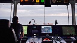 Die Brücke eines Containerschiffs auf hoher See © imago/Hoch Zwei/Angerer