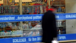 Eine Filiale der Drogeriekette Schlecker. © dpa Fotograf: Martin Gerten
