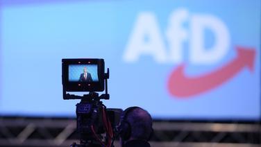 Eine Kamera filmt einen Redner auf einem Parteitag der Alternative für Deutschland. Im Hintergrund ist das Logo der Partei zu sehen © imago / Langer Eibner-Pressefoto Foto: Langer Eibner-Pressefoto