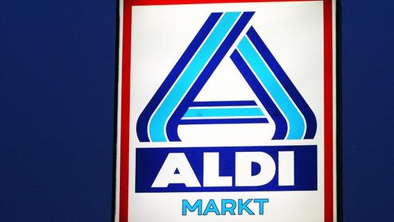 Das Logo von Aldi vor einer Filiale © dpa - Bildfunk Foto: Bernd Wüstneck