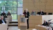 Am Pult des Parlaments steht Henning Scherf. © NDR Foto: Sabine Alsleben