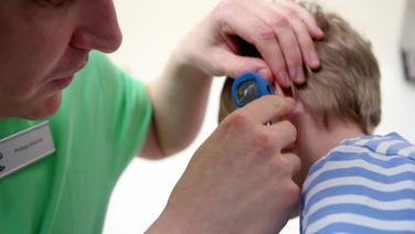 Ein Arzt untersucht ein Kind © NDR / SH Magazin