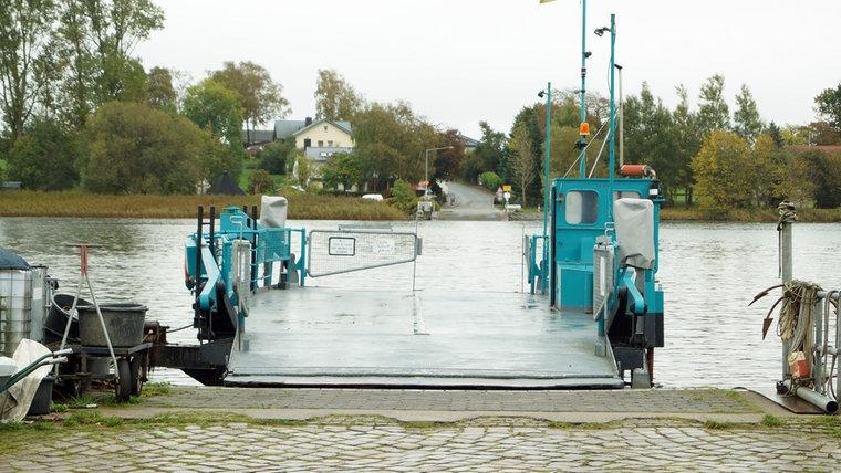 Der heutige Fähranleger samt Fähre in Arnis an der Schlei. © NDR Foto: Jan Altmann