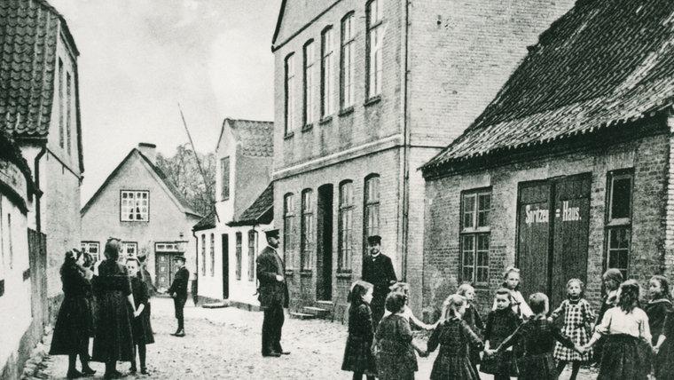 Schwarz-Weiß-Aufnahme der Schulstraße in Arnis. © Stadtarchiv Kappeln