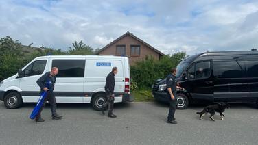 Die Polizei im Einsatz, auf einem Grundstück in Bad Segeberg | NDR