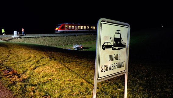 Auto von Zug erfasst - ein Toter und zwei Schwerverletzte