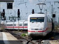Ein langer ICE der Deutschen Bahn fährt in einen Bahnhof ein. © dpa-Bildfunk Foto: Daniel Reinhardt/dpa-Bildfunk