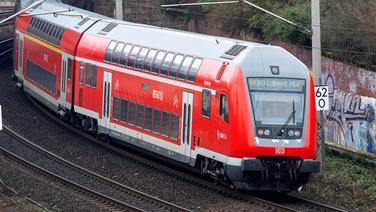 Eine Regionalbahn fährt auf der Strecke zwischen Hamburg und Lübeck um eine Kurve | Imago