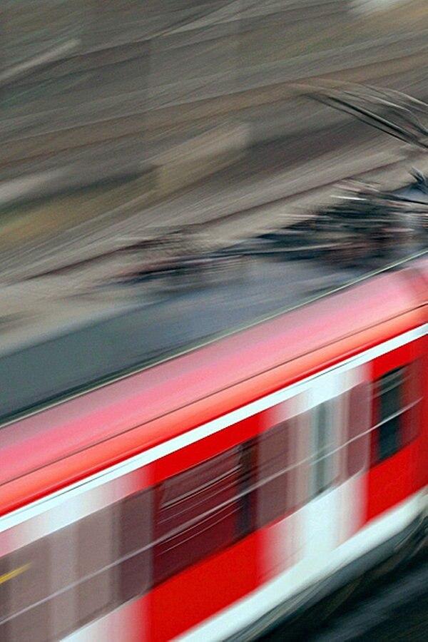 Schwerer Unfall: Mann klettert in abfahrenden Zug