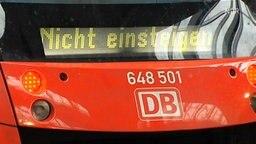 """Eine Lokomotive mit der Überschrift """"Nicht einsteigen"""" © NDR Foto: Screenshot"""