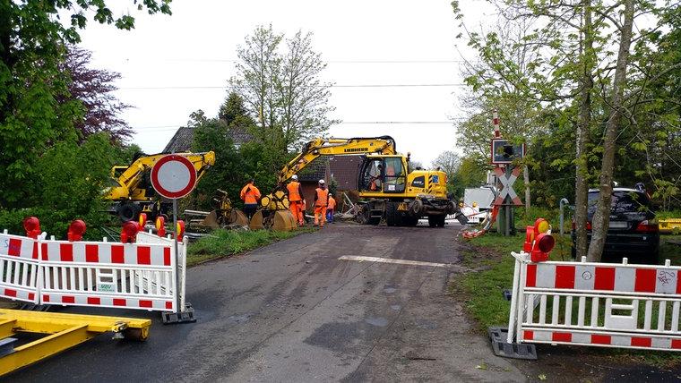 Bergungskräfte beim Unfallort des Zugunglücks in Alt Duvenstedt. © NDR Foto: Peer-Axel Kroeske