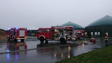 Die rauchende Biogasanlage in Fehrenbötel wird von der Feuerwehr gelöscht | NDR