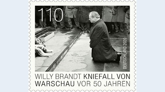 Die Briefmarke zeigt Willy Brandt kniend in Warschau. © Pressestelle Lübeck