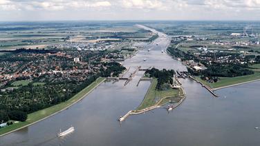 Blick auf die Mündung des Nord-Ostsee-Kanals in die Elbe und die Schleusen in Brunsbüttel. © picture-alliance / akg-images