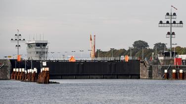 Blick auf die eingeschränkt funktionierende Schleusenanlage am Nord-Ostsee-Kanal in Brunsbüttel. © dpa Foto: Carsten Rehder