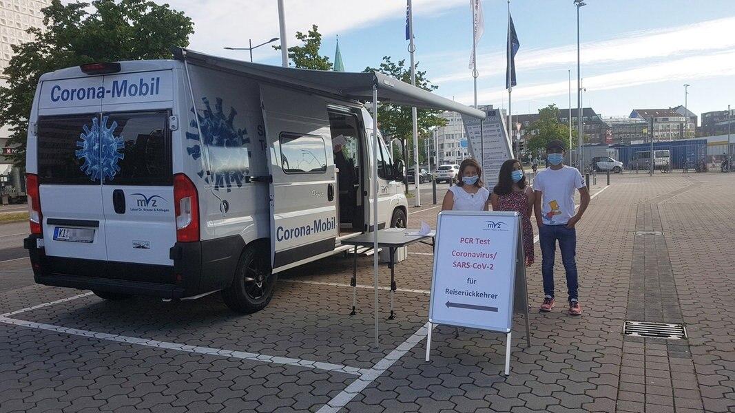 Erste Reiserückkehrer lassen sich an Corona-Mobilen testen