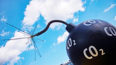 Eine CO²-Bombe vor einem blauen Himmel © DPA: Picture Alliance Foto: Wolfram Steinberg