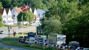 Autos stehen im Stau vor dem Grenzübergang Krusau in Richtung Dänemark. © NDR Foto: Carsten Rehder/dpa