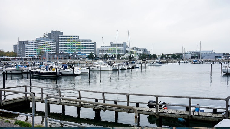 Das Appartementhaus in Damp, mit Hafen im Vordergrund © NDR Foto: Sebastian Parzanny