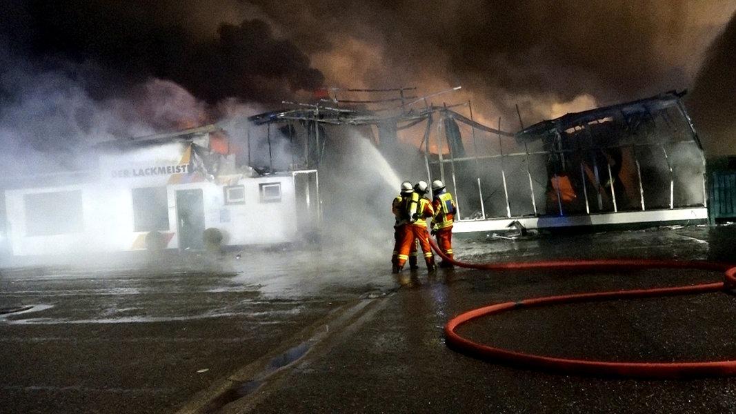 Neumünster: Feuer zerstört Autolackiererei